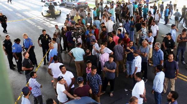 Una multitud se congregó frente a la escena del crimen (The New York Times)