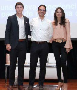 Alejandro Gómez, estudiante del Columbus School que propuso el piloto de cero efectivo en su colegio. Lo acompañan Juan Carlos Mora, presidente de Bancolombia, y Liliana Vásquez, vicepresidenta de Medios de Pago.