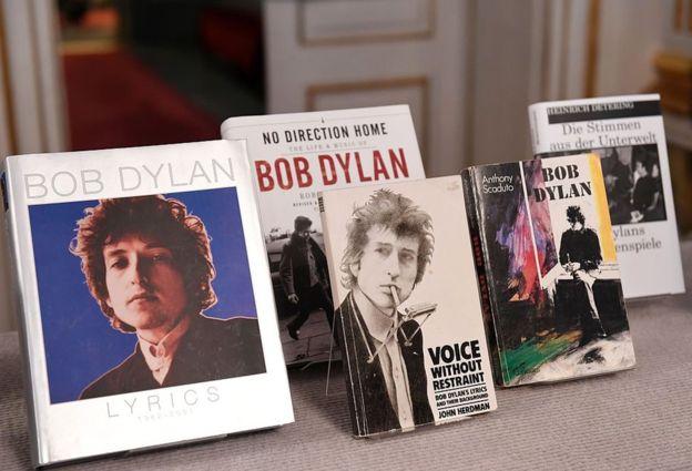 """La Academia Sueca distinguió a Bob Dylan por haber creado """"nuevas expresiones poéticas dentro de la gran tradición de la canción estadounidense""""."""
