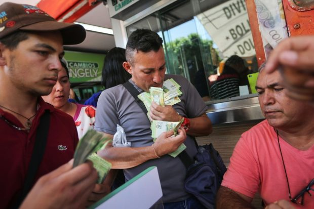 Venezolanos intercambian bolívares por pesos en Cúcuta