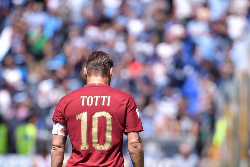 c62520b570910 Un puntapié para los romanos  el adiós a su astro del fútbol ...