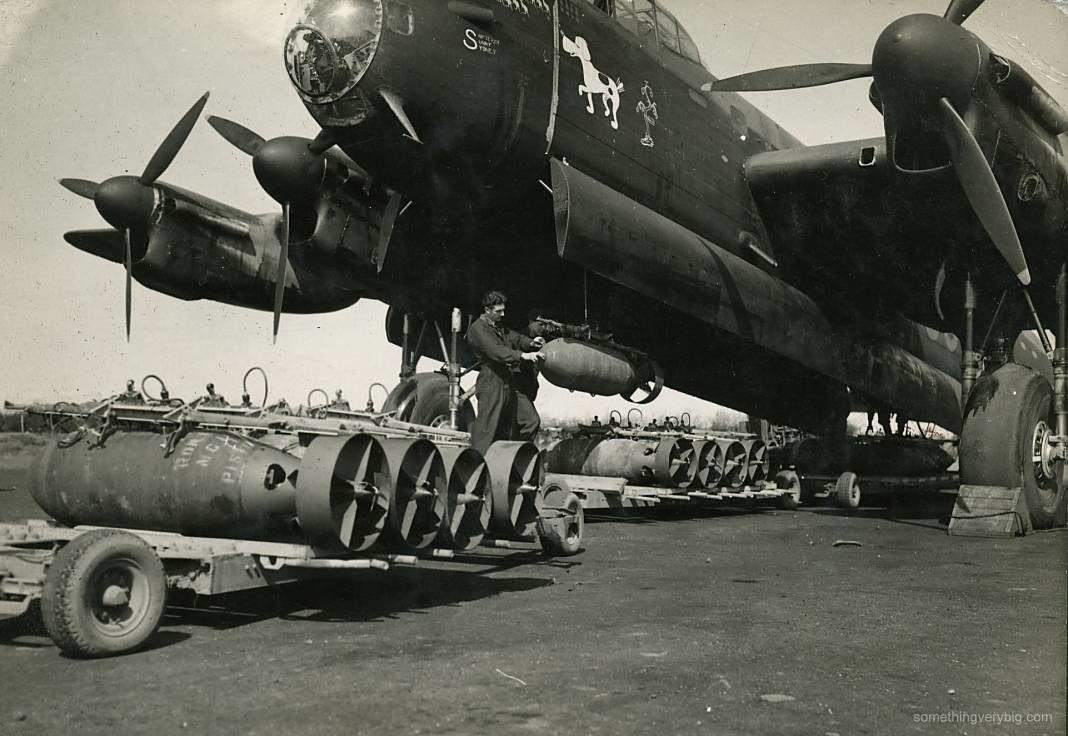 lancaster cargando bombas