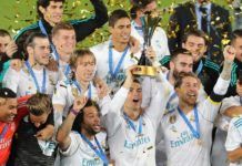 Los jugadores del Madrid, con el trofeo del Mundial de Clubes / Reuters