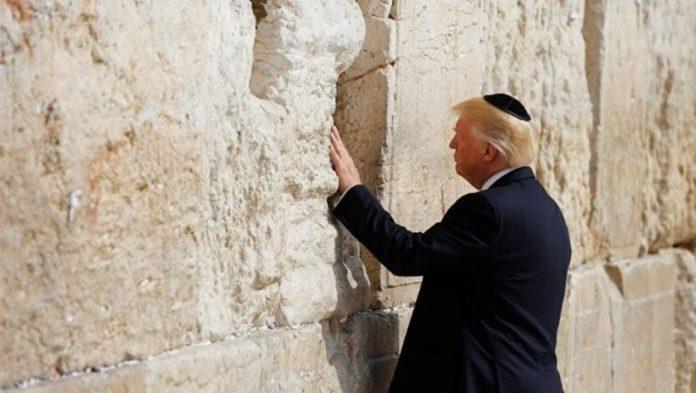 Donald Trump en el muro de los lamentos. Foto: El clarín.