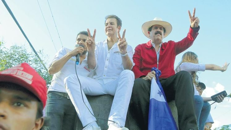 El candidato Salvador Nasralla acompañado del coordinador de su campaña, el ex mandatario Manuel Zelaya