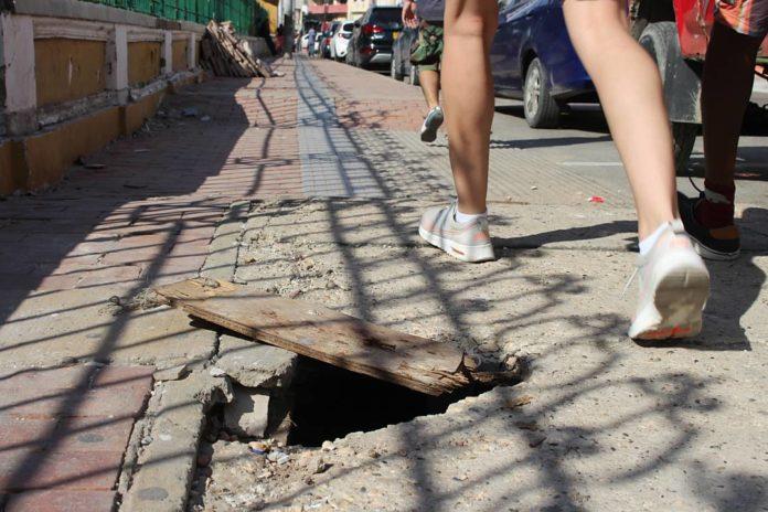 Andenes para peatones convertidos en trampas humanas.
