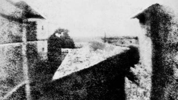 La primera foto de la historia de Joseph Nicéphore-Niépce La bautizó Vista desde la ventana en Le Gras y data de 1826