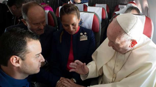 El papa Francisco celebró el matrimonio de Carlos Ciuffardi y Paula Podest, que tienen dos hijos, a bordo del avión papal. La pareja chilena se casó en una ceremonia civil en 2010, pero nunca se casaron en la Iglesia Católica. Foto: EFE