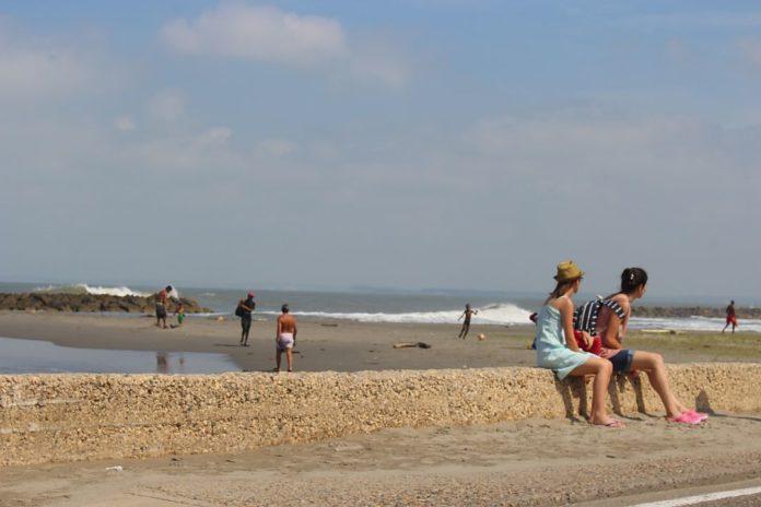 Turistas disfrutando de las playas de Marbella en zona prohibida para nadar. Foto Periódico El Sol Web.