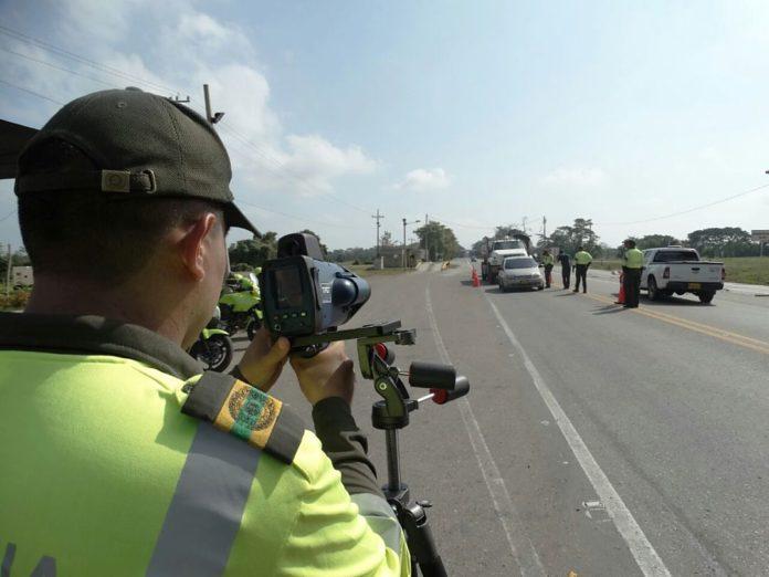 Policías inspeccionando las vías en el departamento de Bolívar. Foto cortesía Policía Nacional.
