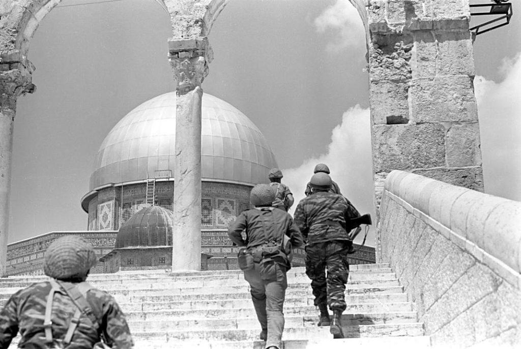 Paracaidistas del General Gur suben al Monte del Templo
