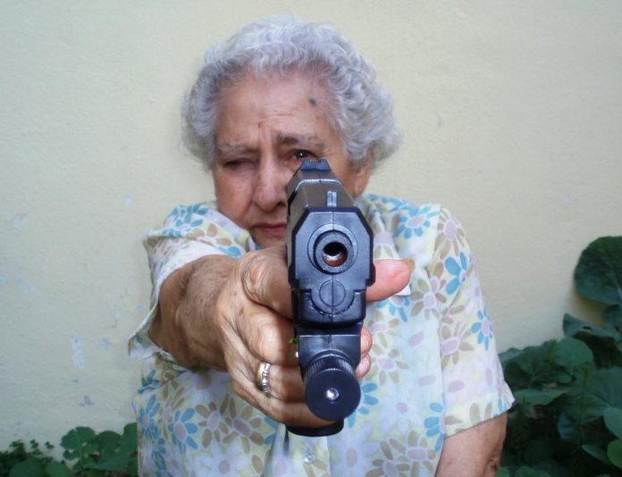 anciana con pistola+1