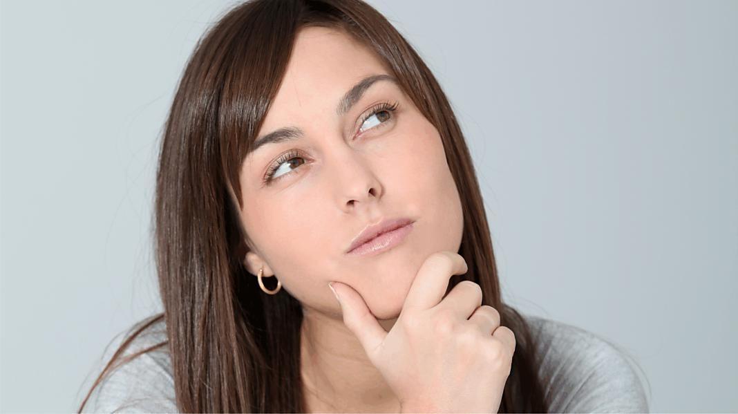 mujer-barbilla-pensativa