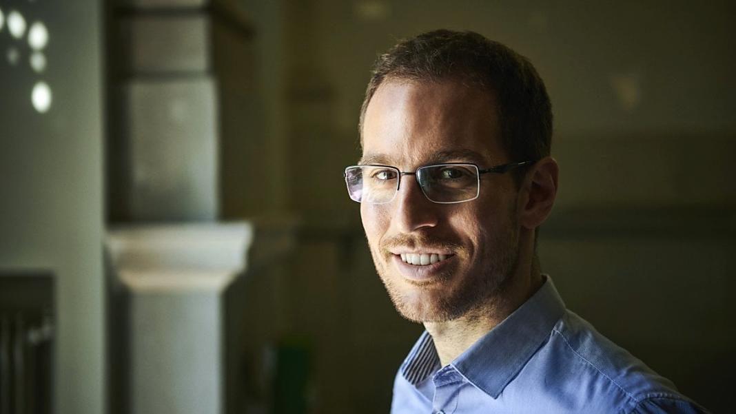 Su nombre es Alessio Figalli y él es, de hecho, un matemático romano de 34 años, profesor titular en la ETH Polytechnic en Zurich, Suiza.