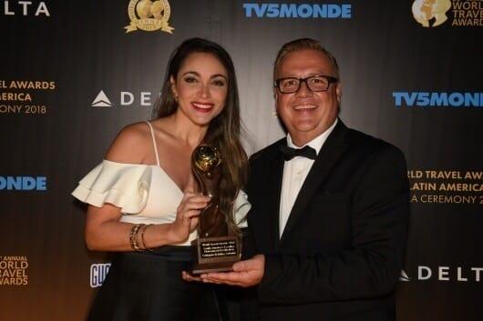 Adriana Corena (Directora de Pomoción y Mercadeo Corpoturismo*, Chris Frost, Senior Vice President de WTA.