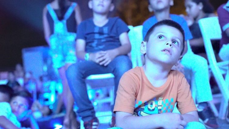 niño viendo cine+1