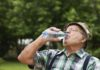 viejo tomando agua