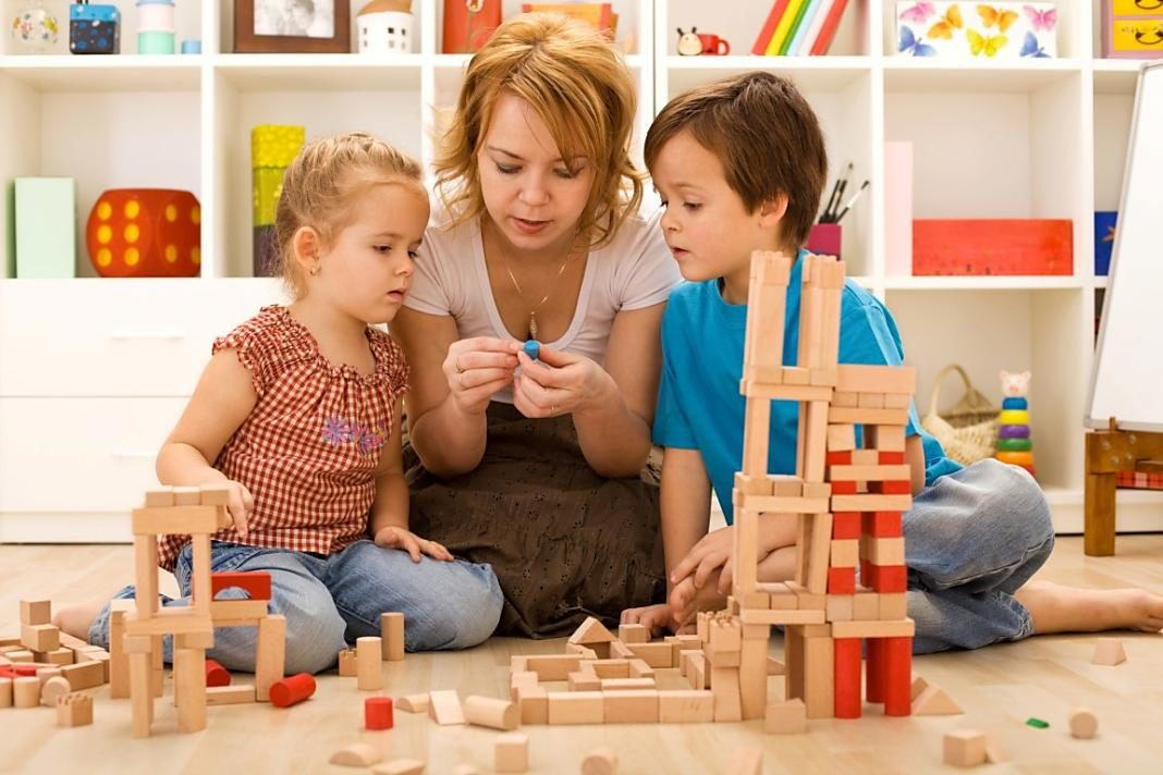 niños-jugando-con-su-madre+1