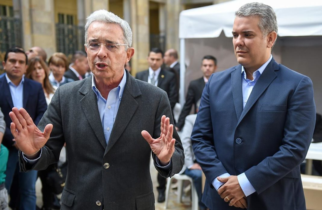 Un seguimiento a las encuestas de Gallup Poll, encomendadas y realizadas por Gallup Colombia S.A.S. nos determina que el presidente Iván Duque Márquez es uno de los más impopulares en la historia del país, muy a pesar de sus esfuerzos por aumentar en las encuestas, empleando desde las acciones más populistas hasta las payasadas más desfasadas. Desde que asumió la presidencia, los colombianos no se han sintonizado con su administración hasta el punto que en las encuestas realizadas en los meses de agosto, octubre y diciembre de 2018 y febrero de 2019, solo aprueban su gestión el 40 %, 47 %, 29 % y 42 % de los encuestados, respectivamente. Así mismo, los niveles de desaprobación de la gestión del gobierno de