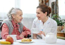 anciana y enfermera